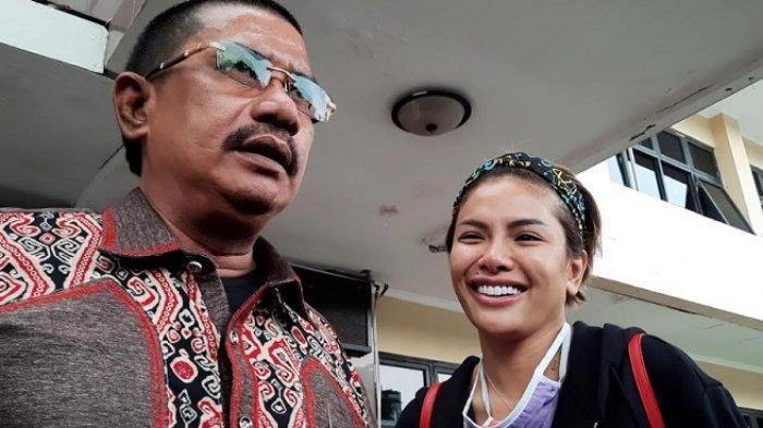 Nikita Mirzani ditemani kuasa hukumnya, Fahmi Bachmid saat ditemui di Polres Metro Jakarta Selatan, Rabu (14/10/2020).