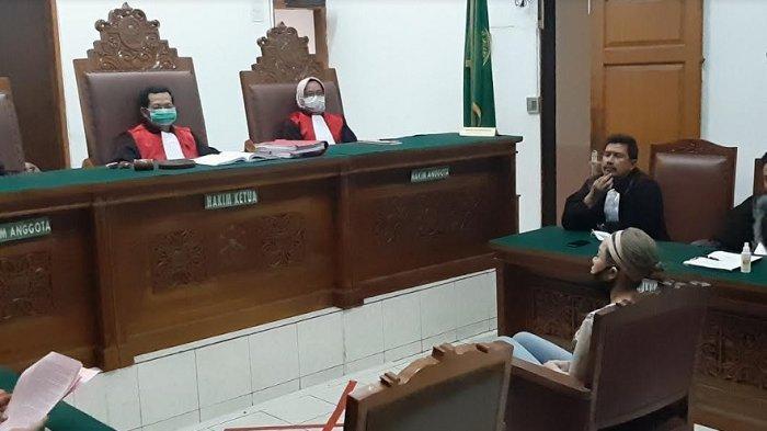Nikita Mirzani duduk di kursi terdakwa kasus dugaan penganiayaan dan KDRT di PN Jakarta Sekatan, Senin (22/6/2020).