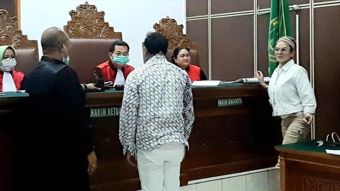 Nikita Mirzani ketemu Dipo Latief di ruang sidang PN Jakarta Selatan, Senin (30/3/2020).