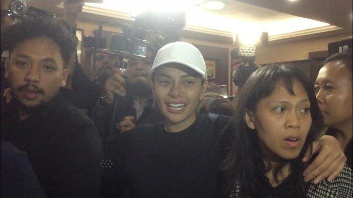 Nikita Mirzani saat tiba di Polres Metro Jakarta Selatan usai dijemput paksa oleh pihak kepolisian, Jumat (31/1/2020). (Bayu Indra Permana/Tribunnews.com) ()