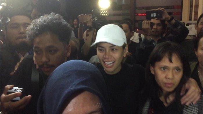 Nikita Mirzani saat tiba di Polres Metro Jakarta Selatan usai dijemput paksa oleh pihak kepolisian, Jumat (31/1/2020).