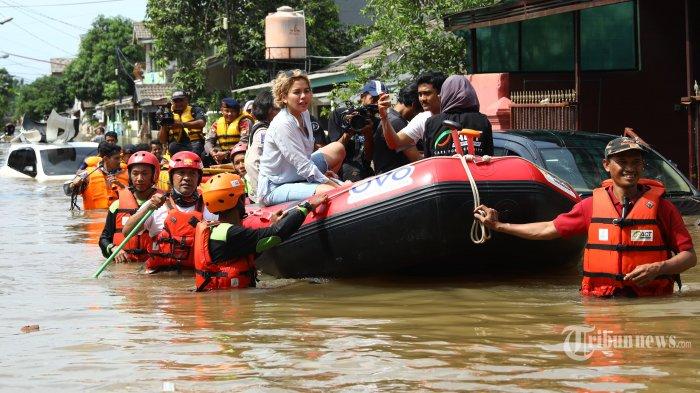 Artis Nikita Mirzani menaiki perahu karet saat menyambangi lokasi banjir di Perumahan Ciledug Indah, Tangerang, Banten, Kamis (2/1/2020). TRIBUNNEWS/IRWAN RISMAWAN