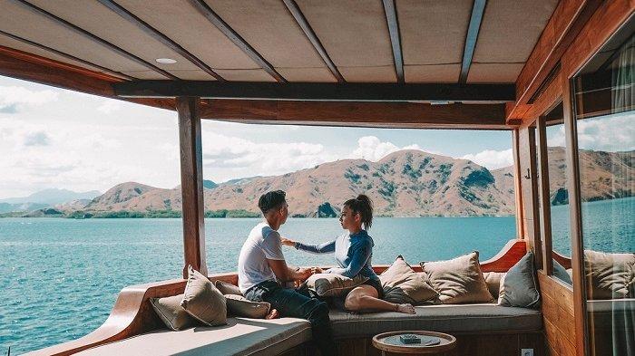 Nikita Willy bersama kekasihnya, Indra Priawan saat sedang berlibur romantis di Pulau Komodo, NTT beberapa waktu lalu.