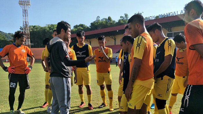 Pelatih Semen Padang, Nil Maizar, memberi arahan kepada pemainnya dalam sesi latihan di Stadion Mandala, Jayapura, Sabtu (2/9/2017), menjelang laga melawan Persipura Jayapura pada laga pekan ke-23 Liga 1. TWITTER/SEMEN PADANG