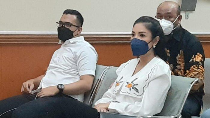 Penyanyi Nindy Ayunda menyambangi Pengadilan Negeri Jakarta Barat, Slipi, Jakarta Barat, Senin (26/4/2021).