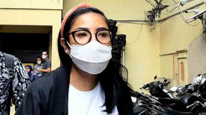Nindy Ayunda menjenguk Askara Parasady Harsono suaminya yang terjerat kasus narkoba di Polres Metro Jakarta Barat, Rabu (27/1/2021). Ia juga diperiksa di dan senpi ilegal sang suami.
