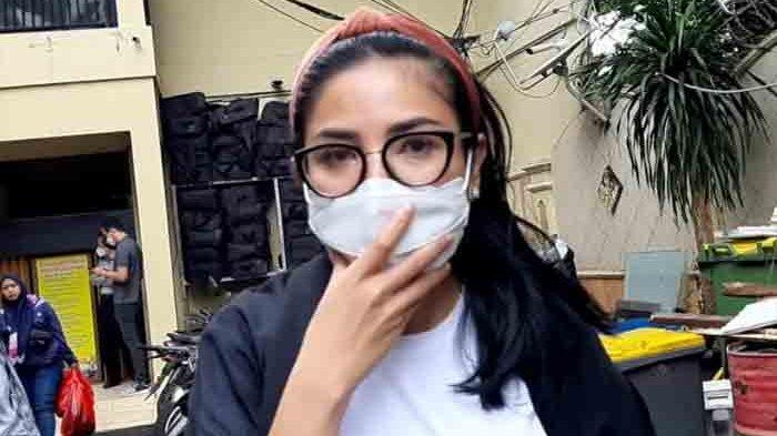 Nindy Ayunda usai jalani pemeriksaan di Polres Metro Jakarta Barat, Slipi, Jakarta Barat, Rabu (27/1/2021) usai jalani pemeriksaan soal Senpi ilegal milik Askara, suaminya.