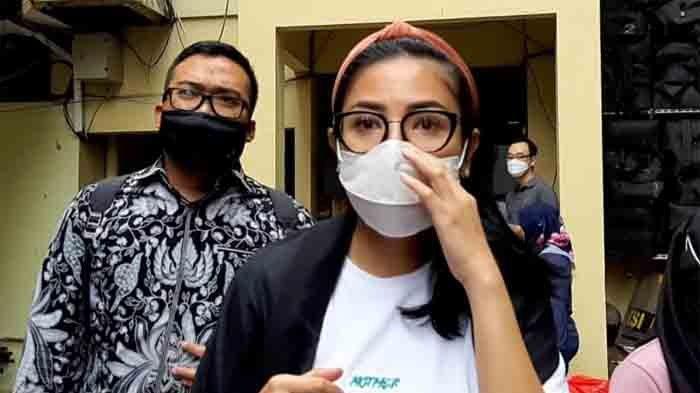 Nindy Ayunda usai jalani pemeriksaan di Polres Metro Jakarta Barat, Slipi, Jakarta Barat, Rabu (27/1/2021), terkait kasus sang suami, Aksara Parasady Harsono.