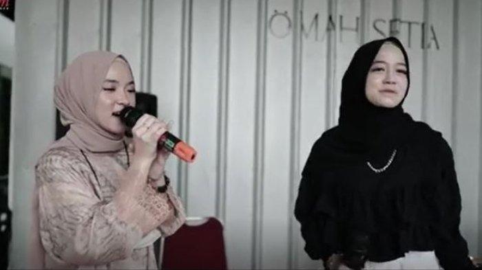 Nissa Sabyan bertindak sebagai pendamping mempelai wanita alias bridesmaid.
