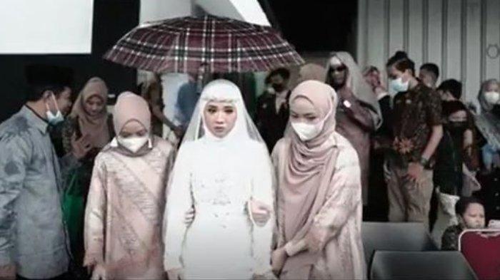 Nissa Sabyan bertindak sebagai pendamping mempelai