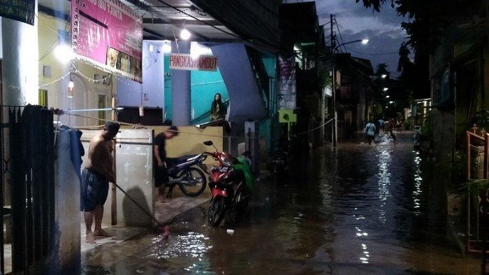 Banjir di perumahan RW 04 Kelurahan Cipinang Melayu, Jakarta, mulai surut malam ini.