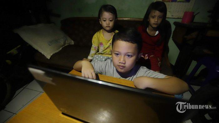 Keluarga menonton konser musik secara daring melalui aplikasi YouTube, di Jakarta Timur, Sabtu (28/3/2020). Sejak merebaknya wabah virus corona atau Covid-19 dan imbauan berdiam di rumah, banyak warga menonton konser musik secara daring untuk menghilangkan kebosanan dan juga menghimpun sumbangan untuk penanganan Covid-19 seperti yang diadakan sebuah TV. Tribunnews/Herudin