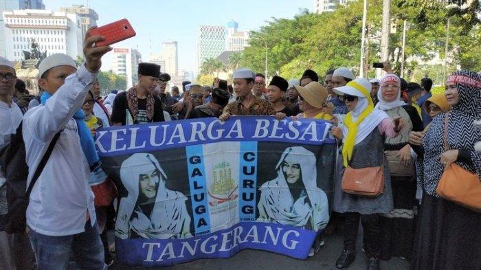 Massa asal Bogor dan Tangerang menuntut pembebasan Habib Bahar Bin Smith di dekat Gedung Mahkamah Konstitusi, Kamis (27/6/2019).