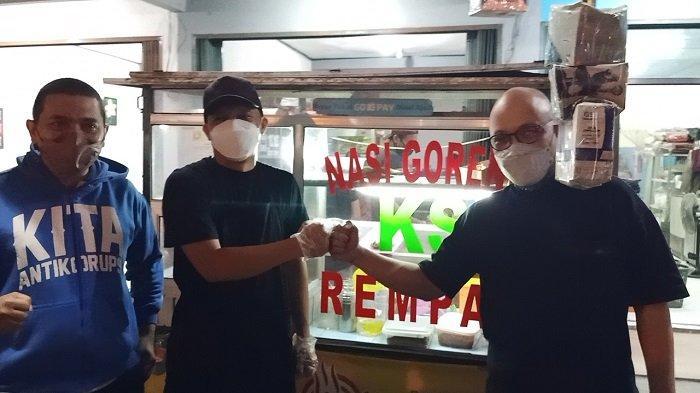 Novel Baswedan mendatangi kedai nasi goreng milik eks pegawai KPK Juliandi Tigor Simanjuntak di Jalan Raya Hankam, Jatirahayu, Bekasi, Jawa Barat, Senin (11/10/2021) malam.