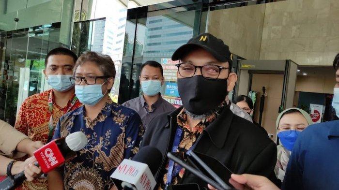 Novel Baswedan (Kanan) dan Hotman Tambunan (Tengah) saat melayangkan laporan untuk para pimpinan KPK ke Dewan Pengawas KPK terkait dugaan pelanggaran kode etik, Selasa (18/5/2021).
