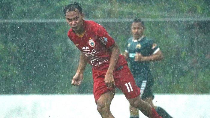 Aksi winger Persija Jakarta, Novri Setiawan saat pertandingan uji coba melawan Persikabo 1973, di lapangan PSNN, Sawangan, Depok, Selasa (15/9/2020).
