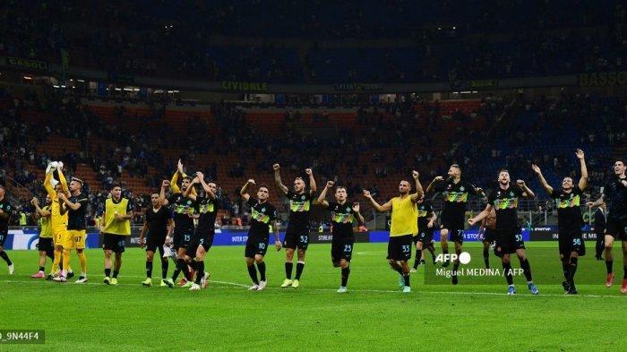 Para pemain Inter Milan merayakan kemenangan setelah memenangkan pertandingan sepak bola Serie A Italia antara Inter Milan dan Bologna di stadion San Siro di Milan, pada 18 September 2021.