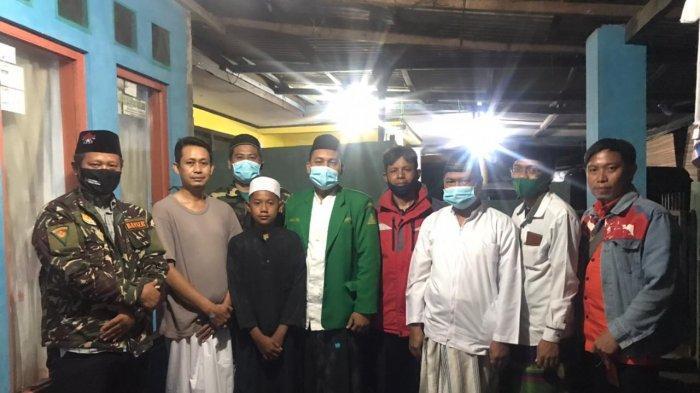 Sejumlah pengurus Nahdlatul Ulama (NU) Kota Tangerang menyambangi kediaman Wahyu (14), bocah yang viral setelah mengumandangkan azan sambil menangis di liang kubur sang ayah. Kedatangan mereka untuk memberikan tawaran memasukkan Wahyu ke pondok pesantren yang ia impikan.