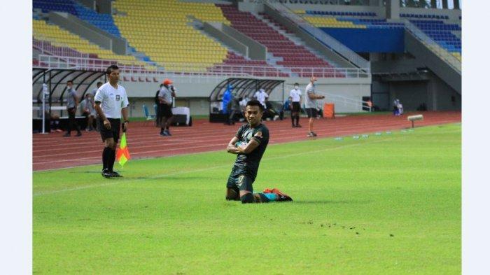 Nufiandani pemain Persikabo 1973 melakukan selebrasi saat melawan Barito Putera dalam lanjutan Piala Menpora 2021 di Stadion Manahan Solo, Selasa (30:3/2021).