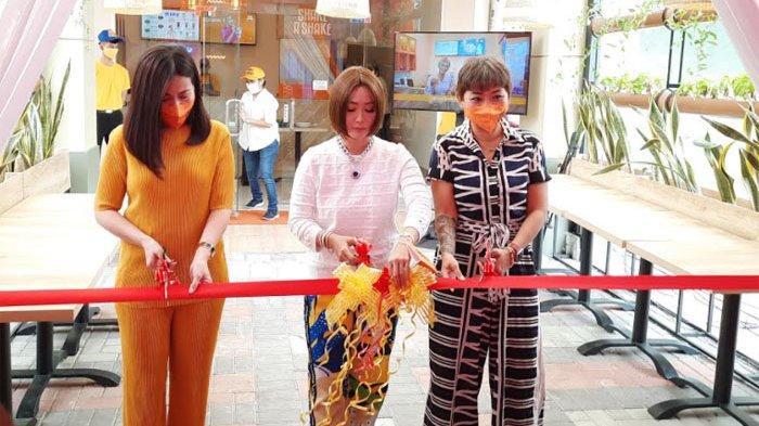 Inul Daratista bersama dua rekan bisnisnya Venny dan Lia saat grand opening Shake A Shake di kawasan Serpong Tangerang, Jawa Barat, Minggu (22/11/2020).
