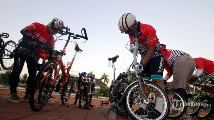 Komunitas Sepeda Sampai Tua (SESAT) memeriksa sepedanya sebelum memulai kegiatan sepeda santai dengan tema Numpak Seli Mubeng Boyolali 100 KM 'BOYSELI 100K', di Boyolali, Sabtu (28/7/2018). Herbalife Nutrition Indonesia mendukung kegiatan BOYSELI 100K yang merupakan ajang olahraga bersepeda lipat bersama di wilayah Boyolali dan sekitarnya dengan jarak 100 Km, dan diikuti oleh 750 lebih pesepeda dari berbagai kota di Indonesia guna mengkampanyekan gaya hidup sehat dengan olahraga disertai asupan nutrisi yang seimbang. TRIBUNNEWS/HO