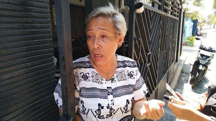 Nunik Adik Nunung saat memberikan keterangan pada wartawan di Rumah Nunung di Sumber, Solo. TribunSolo.com/Ryantono
