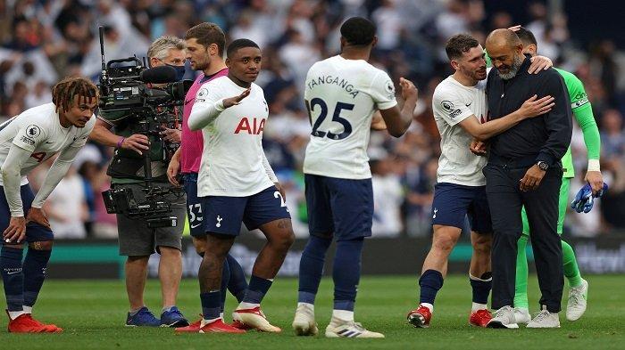 Pelatih kepala Tottenham Hotspur asal Portugal Nuno Espirito Santo (kanan) diberi selamat oleh para pemainnya setelah mereka memenangkan pertandingan sepak bola Liga Inggris antara Tottenham Hotspur dan Manchester City di Stadion Tottenham Hotspur di London, pada 15 Agustus 2021. Tottenham memenangkan pertandingan 1- 0.