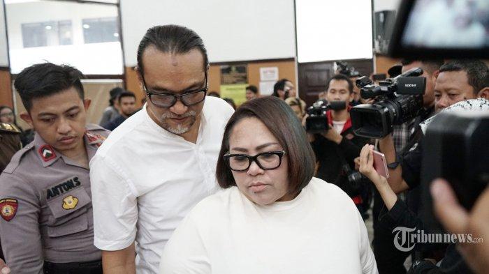 Terdakwa Tri Retno Prayudati alias Nunung dan suaminya July Jan Sambiran menjalani sidang di Pengadilan Negeri (PN) Jakarta Selatan, dengan agenda pembacaan tuntutan, Rabu (13/11/2019). Jaksa penuntut umum (JPU) menuntut Nunung dan Jan dengan hukuman 1 tahun 6 bulan rehabilitasi di panti rehabilitasi RSKO Cibubur dalam kasus penyalahgunaan narkotika jenis sabu. TRIBUNNEWS/HERUDIN
