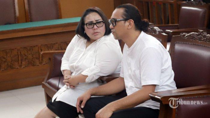 Terdakwa Tri Retno Prayudati (Nunung) dan suaminya, July Jan Sambiran menjalani sidang lanjutan dengan agenda pembacaan vonis, di Pengadilan Negeri (PN) Jakarta Selatan, Rabu (27/11/2019). Majelis hakim memvonis Nunung dan Jan 1 tahun 6 bulan penjara, namun hakim meminta Nunung menjalani sisa hukuman di panti rehabilitasi RSKO Cibubur. TRIBUNNEWS/HERUDIN