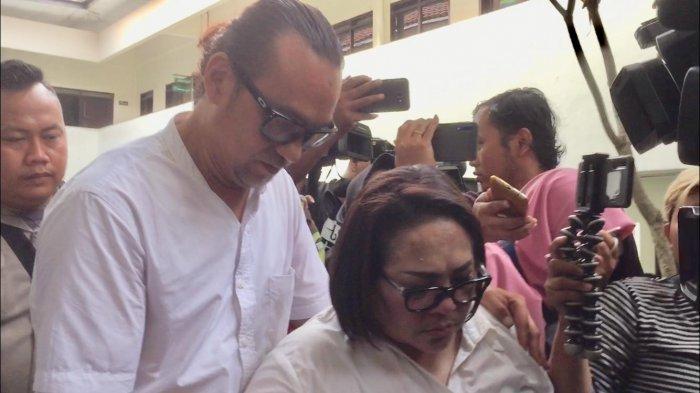 Nunung Menangis sembari digandeng oleh suaminya, July Jan Sambiran sesaat setelah selesai persidangan di PN Jakarta Selatan, Rabu (27/11/2019).