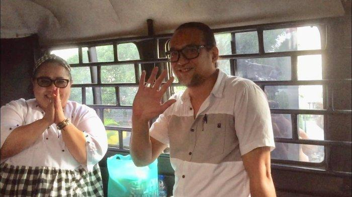 Nunung dan July Jan Sambiran saat berada di dalam mobil tahanan, sesaat sebelum meninggalkan Kejaksaan Negeri Jakarta Selatan, Kamis (12/9/2019).