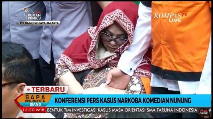 Nunung mendekap tangan suami saat konferensi pers di Polda Metro Jaya, Senin (22/7/2019).