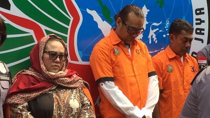 Nunung dan suaminya July Jan Sambiran saat kofrensi pers penangkapan dirinya terkait kasus penyalahgunaan narkotika di Direktorat Reserse Polda Metro Jaya, Jakarta Pusat, Senin (22/7/2019)