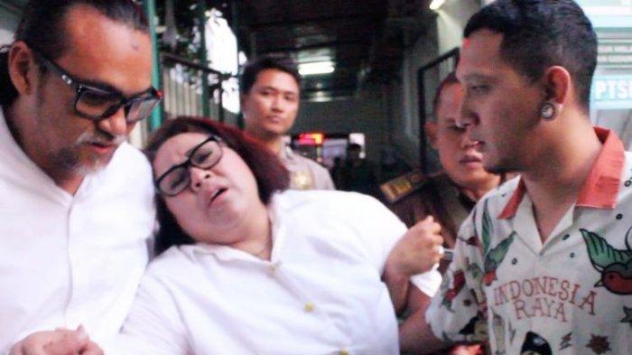 Komedian Nunung dibopong suami dan anaknya saat lemas dan hampir pingsan di Pengadilan Negeri Jakarta Selatan, Rabu (23/10/2019).