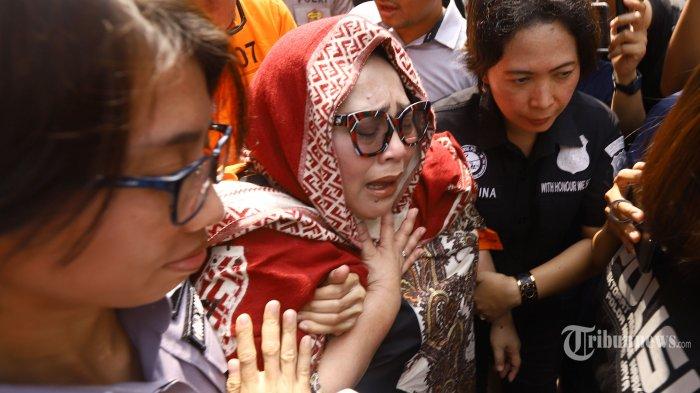 Tersangka kasus penyalahgunaan narkoba Tri Retno Prayudati alias Nunung menangis saat rilis kasus di Mapolda Metro Jaya, Jakarta, Senin (22/7/2019). Komedian Srimulat dan suaminya, July Jan Sambiran ditangkap pihak kepolisian dengan barang bukti sabu seberat 0,36 gram. TRIBUNNEWS/HERUDIN