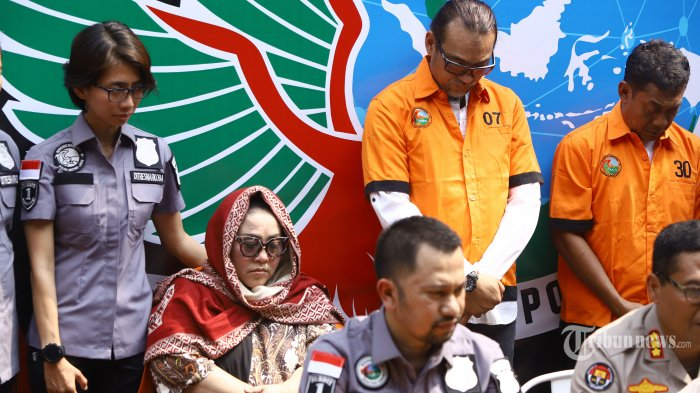 Tersangka kasus penyalahgunaan narkoba Tri Retno Prayudati alias Nunung dan July Jan Sambiran saat rilis kasus di Mapolda Metro Jaya, Jakarta, Senin (22/7/2019). Komedian Srimulat dan suaminya itu ditangkap pihak kepolisian dengan barang bukti sabu seberat 0,36 gram. TRIBUNNEWS/HERUDIN