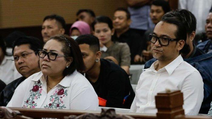 Komedian Nunung dan suaminya, July Jan Sambiran, menjalani sidang lanjutan dengan agenda mendengarkan keterangan saksi atas kasus dugaan penyalahgunaan narkotika di Pengadilan Negeri Jakarta Selatan, Rabu (9/10/2019)