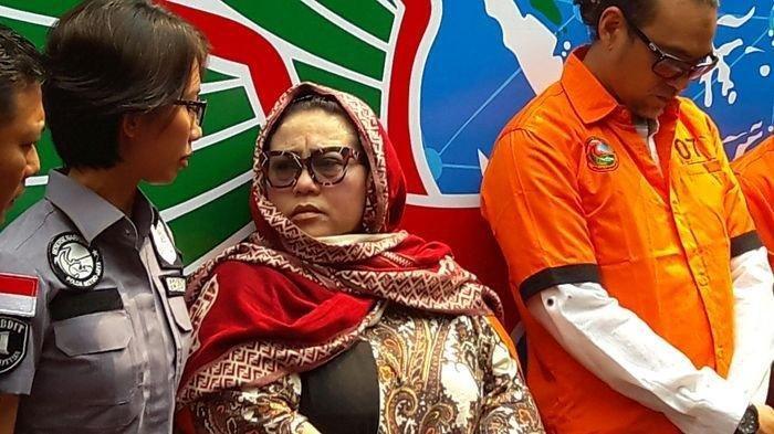 Tersangka kasus penyalahgunaan narkoba Tri Retno Prayudati alias Nunung saat rilis kasus di Mapolda Metro Jaya, Jakarta, Senin (22/7/2019).