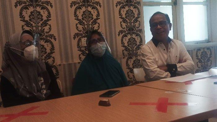 Nur Chuzaimah (tengah) pelapor kasus salah transfer nasabah BCA di Surabaya, Kamis (4/3/2021).