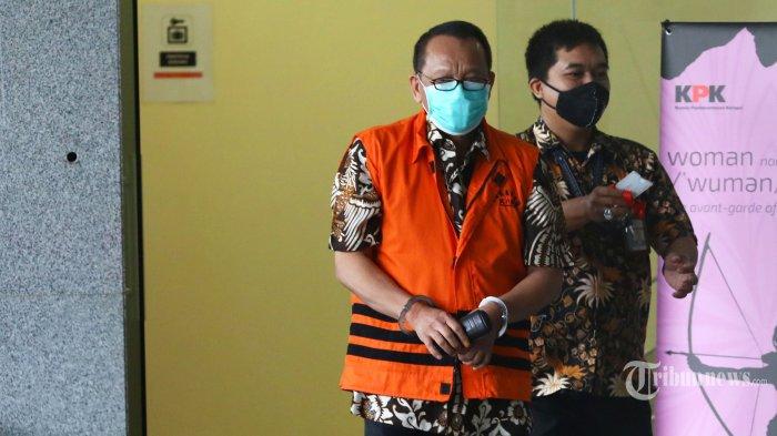Tersangka kasus dugaan suap gratifikasi senilai Rp 46 miliar, Nurhadi berjalan usai menjalani pemeriksaan di gedung KPK, Jakarta Selatan, Kamis (6/8/2020). KPK melanjutkan pemeriksaan mantan Sekretaris Mahkamah Agung (MA), Nurhadi sebagai tersangka terkait suap dan gratifikasi penanganan perkara di MA. Tribunnews/Irwan Rismawan