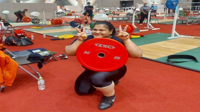 Atlit angkat besi Indonesia Nurul Akmal (+87 kg putri) sedang berlatih hari ini