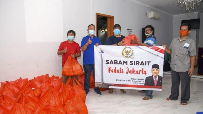 Sabam Sirait Bagikan Ribuan Paket Sembako untuk Korban Banjir