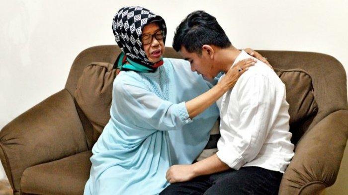Putra pertama Presiden Joko Widodo (Jokowi), Gibran Rakabuming Raka, saat meminta doa restu kepada eyang putrinya, Sudjiatmi Notomihardjo di kediamannya pada Rabu (11/12/2019).