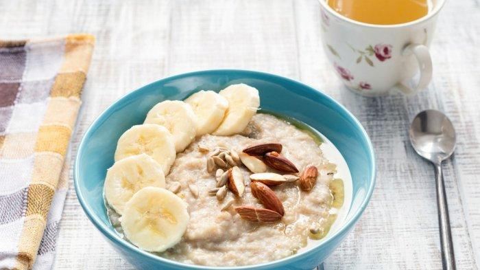 Oatmeal dengan topping buah, contoh sarapan sehat kaya serat.
