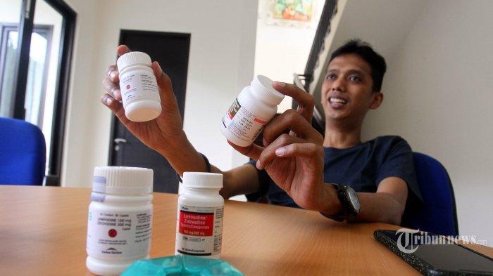 Direktur Eksekutif Indonesia AIDS Coalition (IAC) Aditya Wardhana menunjukan obat HIV/AIDS saat melakukan sesi wawancara dengan Tribunnews, di Jakarta, Kamis (28/11/2019). TRIBUNNEWS/DANY PERMANA