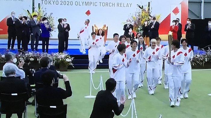 Para pelari atlet olimpiade disaksikan Panitia dan Menteri Olimpiade Jepang, membawa obor Olimpiade estafet dari J Village Fukushima, Rabu (25/3/2021) siang untuk keliling Jepang sampai dengan 23 Juli mendatang saat pembukaan Olimpiade.