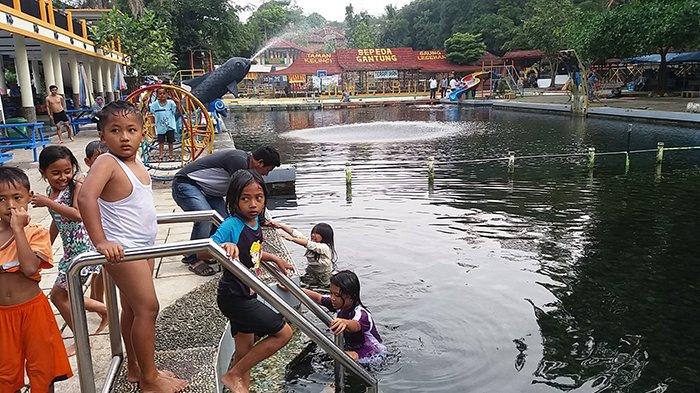 Anak-anak yang asyik berenang saat berwisata di Cibulan, Kabupaten Kuningan