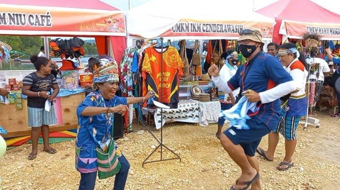 Ofisial Tim Dayung Jawa Barat Rayakan Keberhasilan Jadi Juara Umum Bersama Warga Papua