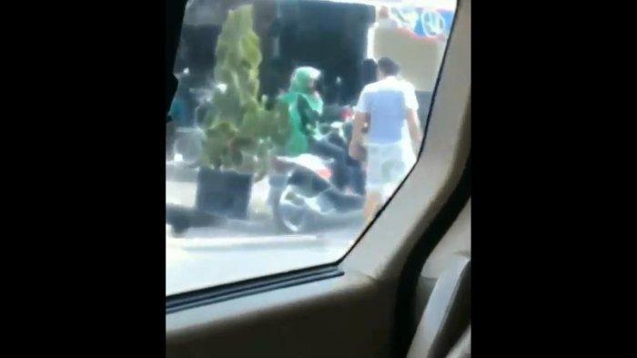 Sebuah video yang memperlihatkan pengemudi ojek online (ojol) ditendang oleh seorang pria di Kota Pekanbaru, Riau viral di media sosial.