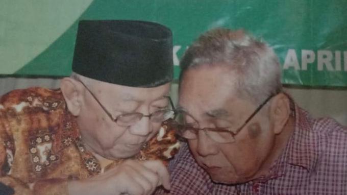Gus Sholah dan Sabam Sirait berbincang dalam sebuah acara di PBNU, Kramat Raya, Jakarta. (Foto: Istimewa).
